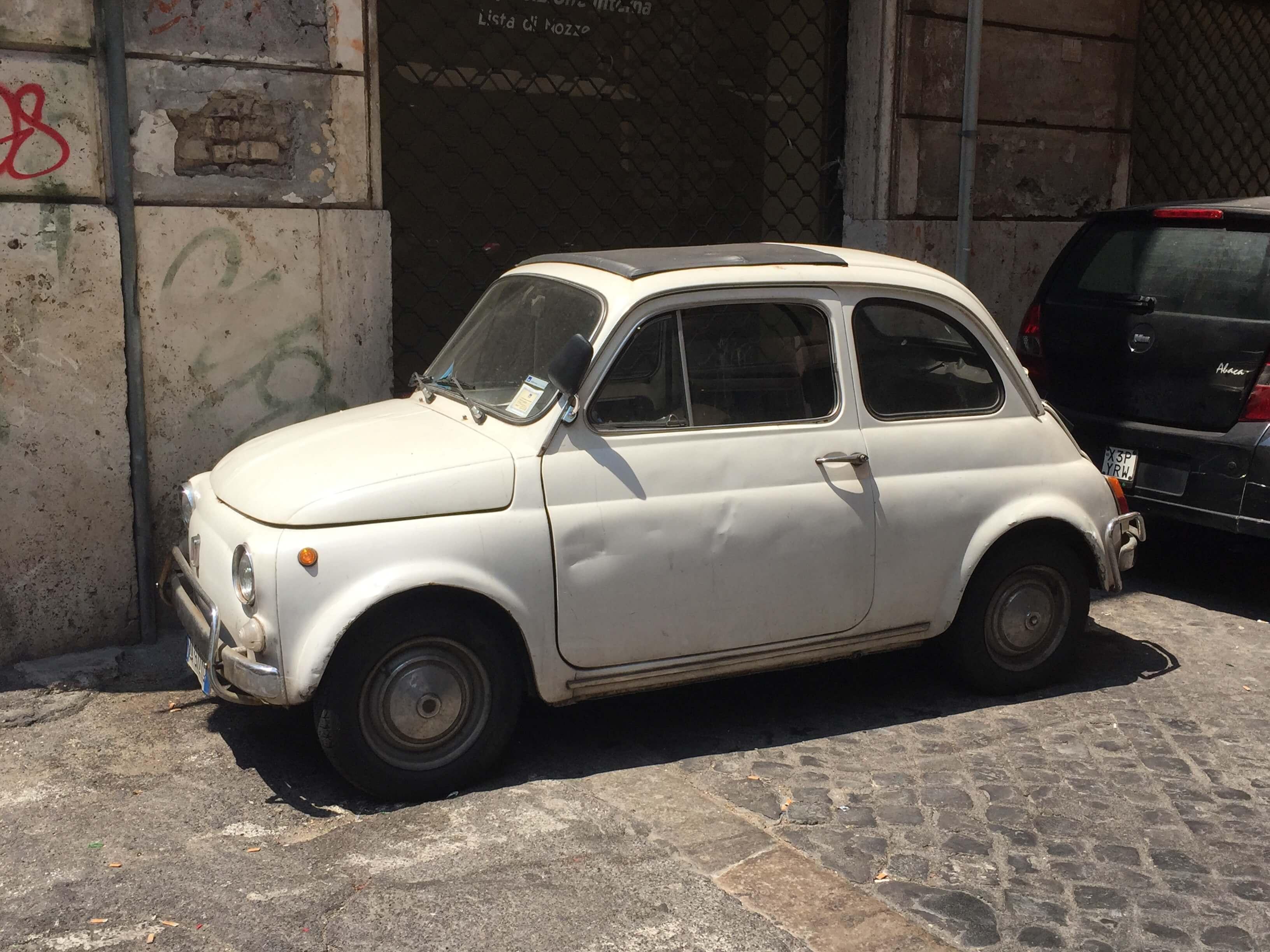 Valkoinen Fiat Roomassa